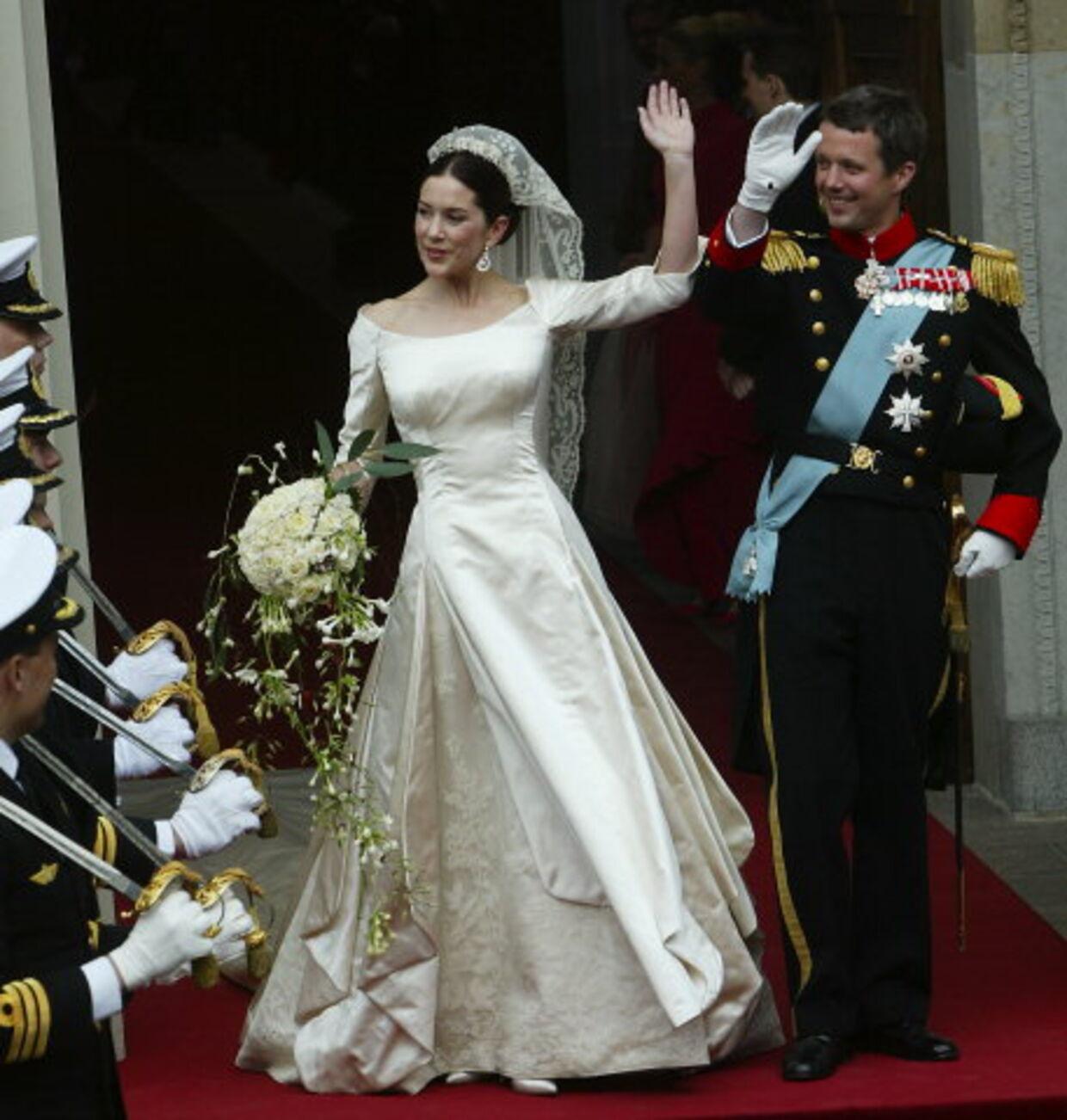 Marys kjole kunne tænde drømmen om prinsesselivet - selv hos voksne kvinder. Det har taget mellem 300-350 arbejdetimer at sy kjolen. Kronprinsesse Marys brudekjole er en enkel, svagt gyldenrosa brudekjole i silkeduchesse med stor bådudskæring, blondekniplinger og seks meter langt slæb, fortæller kreatøren - kjolen er syet i lange paneler, der åbner sig 10 cm fra livet. Mellem panelerne kan man se de 100 år gamle irske kniplinger, der stammer fra nonnerne i Connaught. Foto: Keld Navntoft