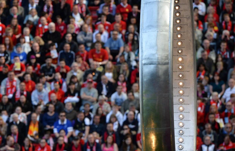 En sølvring med navnene på de 96 Liverpool-fans, der døde på Hillsborough i 1989, bliver her præsenteret foran Anfields legende The Kop ved 25-års-juiblæet i 2014. I 2016 markerres tragedien for sidste gang.