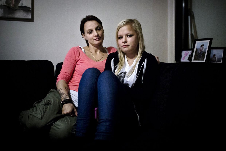 Interview med 15-årige Simone har været udsat for grov mobning lige siden hun gik i 2. klasse. Her ses hun med sin mor Pernille.