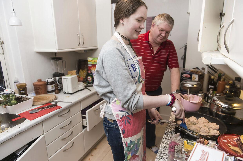 Hos familien Ellebye bliver børnene opdraget med en udstrakt grad af frihed, så de kan lære at klare sig selv, når de bliver voksne. Rachel er selv ansvarlig for at styre sin egen økonomi og købe sit eget tøj, og indimellem laver hun også mad i familiens køkken.