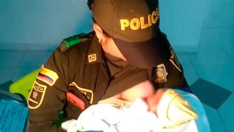 Luisa Fernanda Urrea, der er politibetjent, fandt en nyfødt baby i en skov i det nordlige Columbia. Hun formåede at redde den otte-timer gamle pige ved at amme hende, indtil lægerne kom og tog sig af hende.