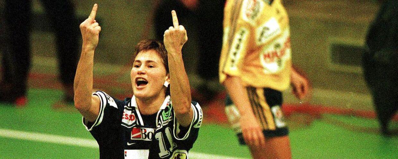 Anja Andersen giver publikum fingeren.