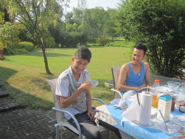 Abolfazl sammen med storebroren Vahid i kontaktpersonens, Lise Lomholts, sommerhus på Ærø.