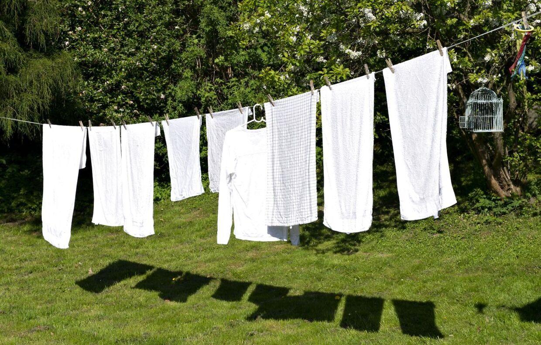 Her i maj solen kan vasketøjet hænges til tørre om morgenen og så være tørt når man kommer hjem fra arbejde om eftermiddagen. Vasketøj i Ålsgårde tirsdag den 10. maj 2011.