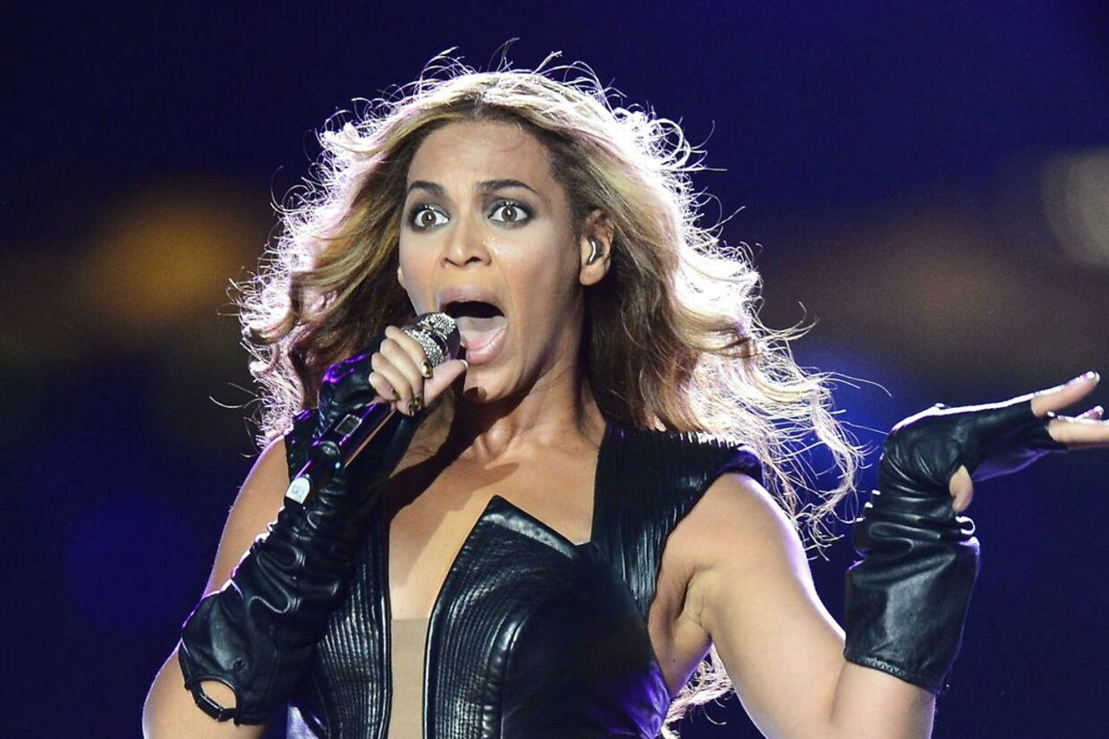 Beyonce på scenen under Super Bowl-showet
