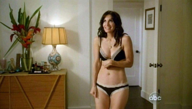 Courtney Cox er 45 år, men det forhindrer hende ikke i at stille op i frækt undertøjpå tv.