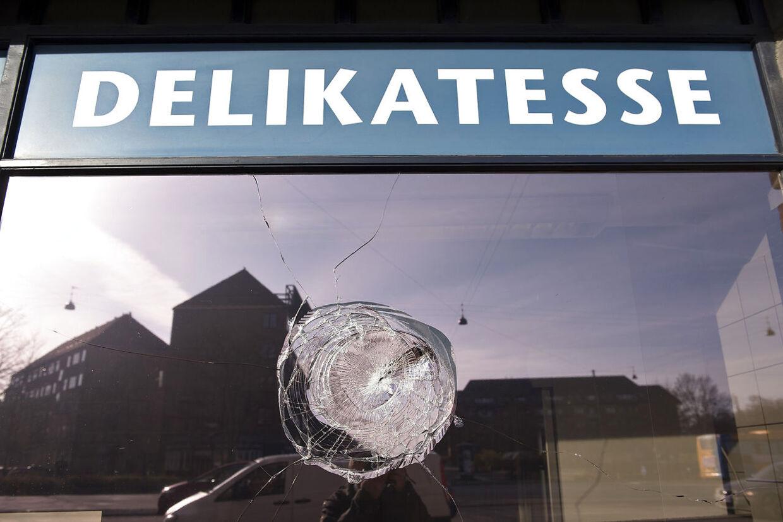 SE BT.DK En jødisk delikatesse- og slagterforretning på Østerbro i København er natten til torsdag blevet ramt af hærværk. En politipatrulje opdagede omkring klokken 03.30, at en rude var blevet delvist smadret. Desuden havde gerningsmændene også skrevet med graffiti på muren til forretningen, der ligger på den trafikerede Lyngbyvej