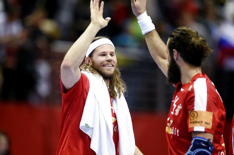 Mikkel Hansen jubler med Jesper Nøddesbo efter kampen Rusland.
