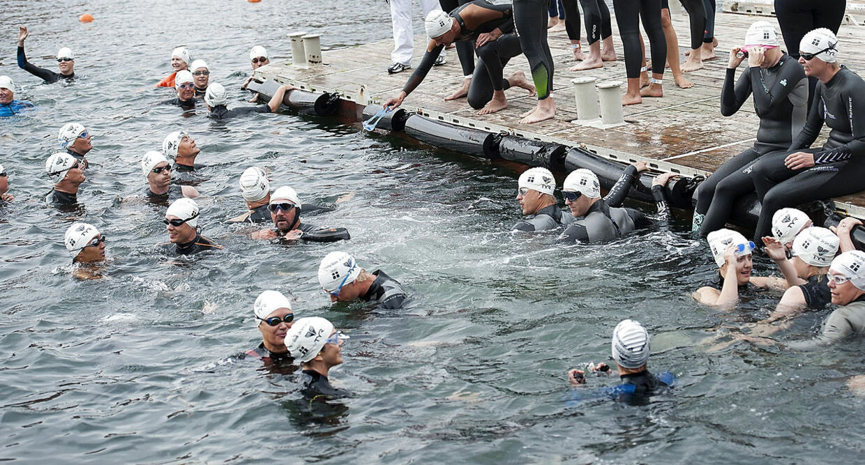 Christiansborg rundt 2012. Kronprinsesse Mary ( i midten i forgrunden ) deltog sammen med Mette Jacobsen i lørdagens udgave af Christiansborg Rundt svømningen. 993 deltagere havde meldt sig til den to kilometer lange svømmetur lørdag den 25. august.