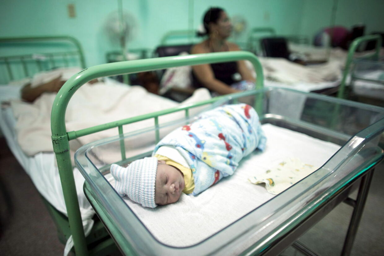 En 11 dage gammel baby overlevede mirakuløst et knivoverfald i Vietnam. (Ikke babyen på billedet.)