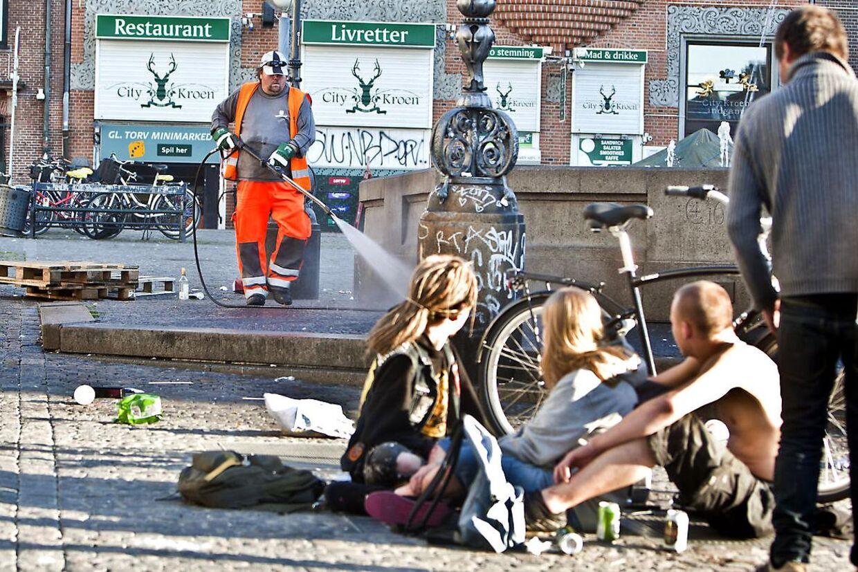 Michael Hansen fra Center for Renhold er godt i gang med at gøre rent efter københavnernes svineri entidlig onsdag morgen. (foto: Bjarke Bo Olsen)