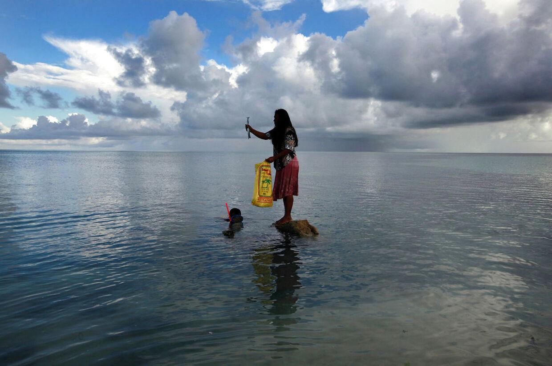 Kiribati består af 33 atoller og øer, der kun er få meter over havets overflade spredt ud over et stort areal. Ifølge Gunnar Garfors er Kiribati et paradis. Det er ikke luksuriøst, men landet byder på lækre fiskeretter og en gæstfri lokalbefolkning.