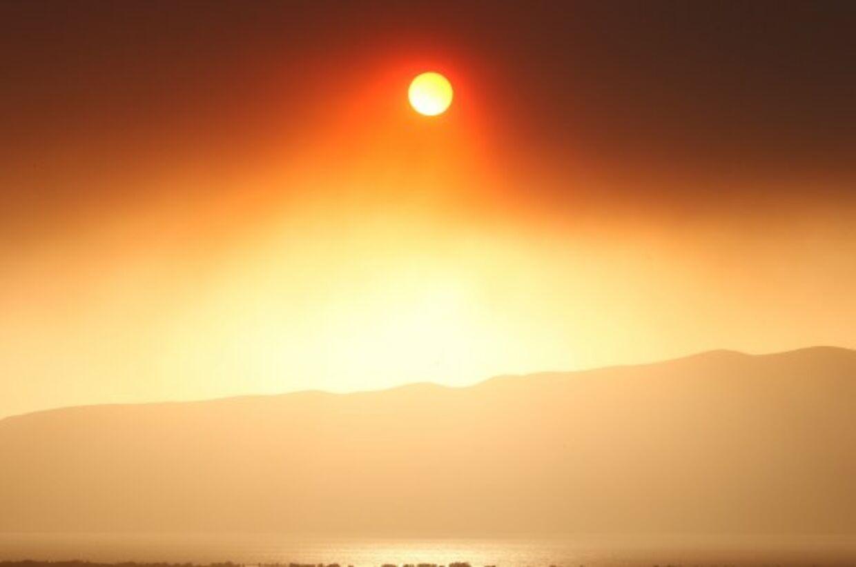 Solstormens voldsomme ernergiudladninger farver himlen blodrød og kan forårsage massive strømsvigt. Arkivfoto (Foto: GEORGE FREY)