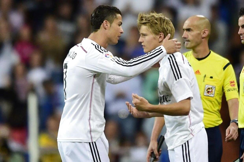Her får Martin Ødegaard debut for Real Madrid, da han erstatter verdensstjernen Cristiano Ronaldo (tv) i klubbens 7-3 sejr over Getafe.
