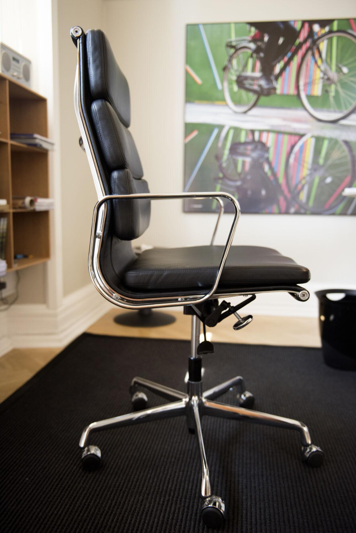 Morten Kabell gjorde det klart, at det er vigtigt at sidde godt. Her er hans Eames-stol til 14.996 kr.