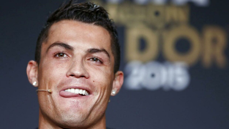Cristiano Ronaldo havde udsigt til en rekord-transfer til PSG, men nu vælger Real nok at låse den portugisiske megastjerne.