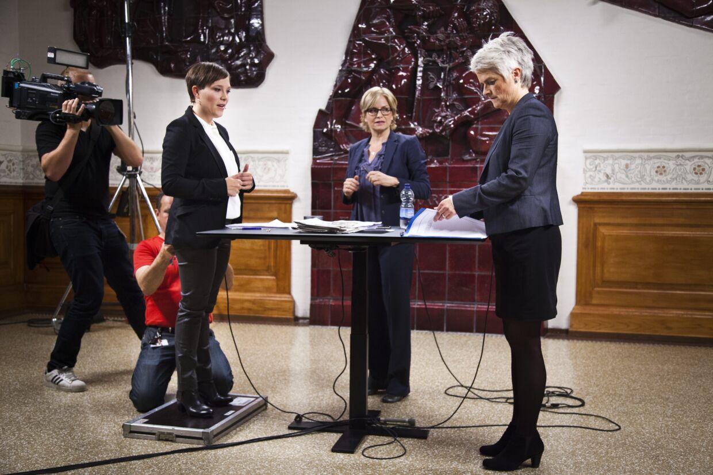 SF-formandskandidaterne Astrid Krag og Annette Vilhelmsen mødes i en tv-duel på TV2 News med Lotte Melhede som vært onsdag d. 3 oktober 2012 på Christiansborg