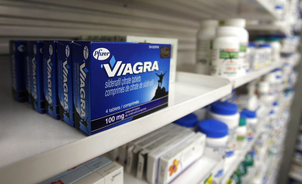 A box of Viagra, typically used to treat erectile dysfunction, is seen in a pharmacy in Toronto in this January 31, 2008, file photo. Canada's Supreme Court struck down the patent on global pharmaceuticals giant Pfizer Inc's Viagra erectile dysfunction drug and opened the door to generic competition, November 8, 2012. REUTERS/Mark Blinch/Files (CANADA - Tags: HEALTH BUSINESS)