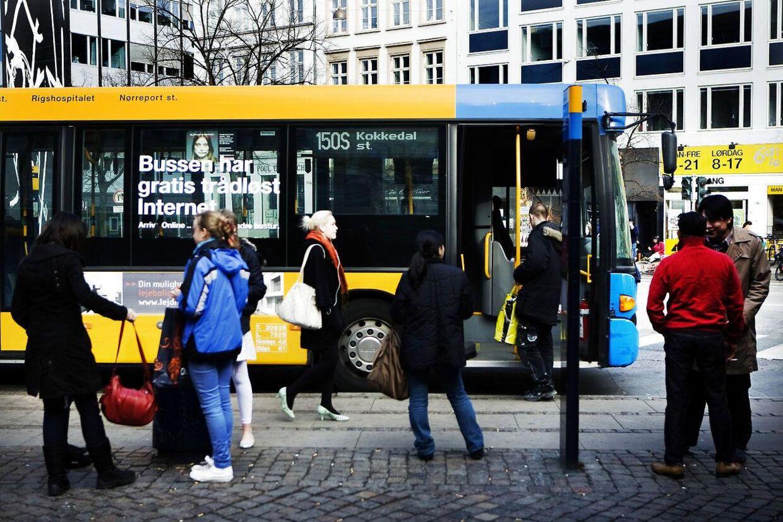 Mange bruger tricks til at sikre sig, at der ikke sætter sig nogen ved siden af dem, når bussen bliver fyldt op.