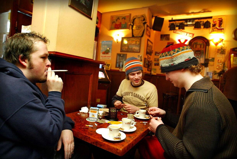 Der ryges hash og drikkes kaffe i denne coffeshop hvor man kan købe hash i alle mulige afskygninger.