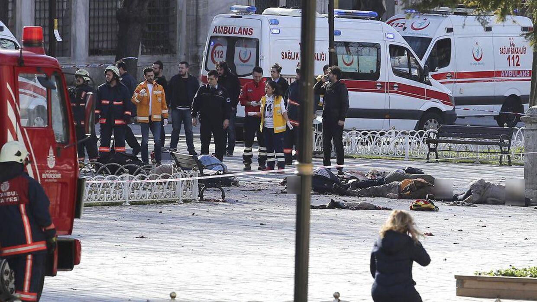 Det er voldsomme billeder, der kommer fra Istanbul, hvor flere meldes dræbt i en eksplosion i et kendt turistområde.