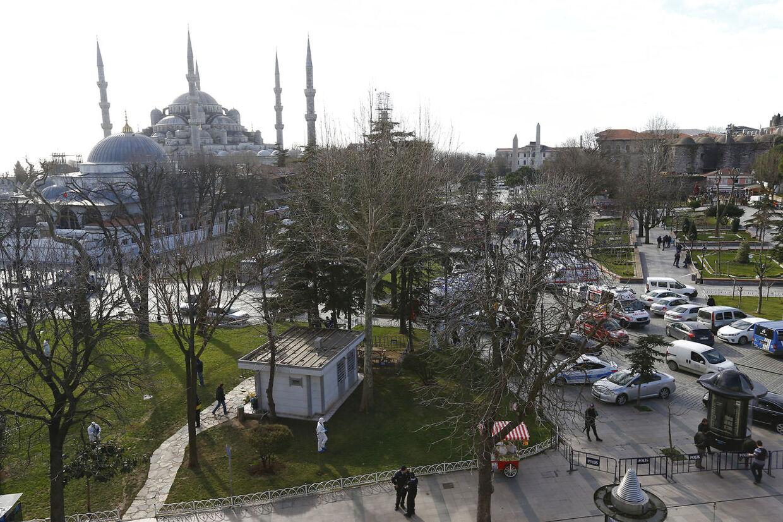 Området, hvor eksplosionen fandt sted, er ved et populært turistområde ved den Blå Moske, som kan ses her i baggrunden, i Istanbul.