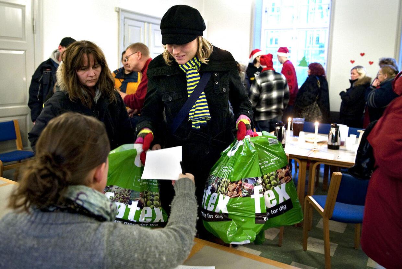Rekordmange søger om julehjælp, men ikke alle enige om, hvem der skal have del i julegodterne.