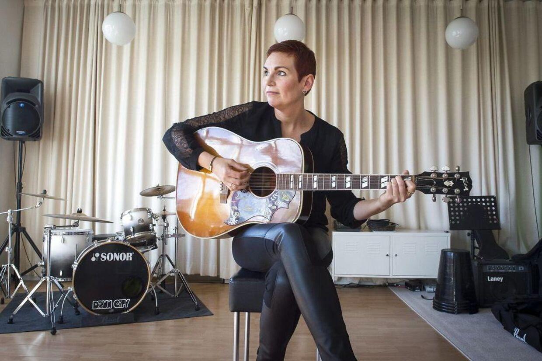 Tine Mynster er landskendt børnemusiker, men udgiver nu album for voksne. Hun bor i den tidligere skole på Alrø