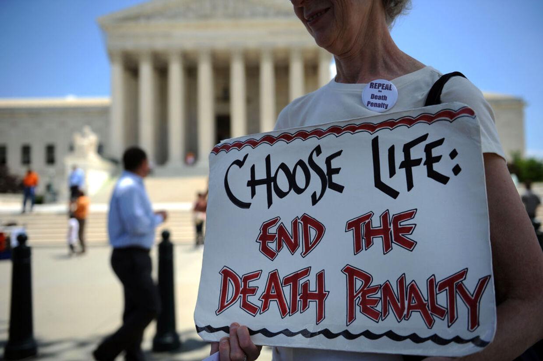 En aktivist, der er imod dødsstraf demonstrerer ude foran USA's højesteret.