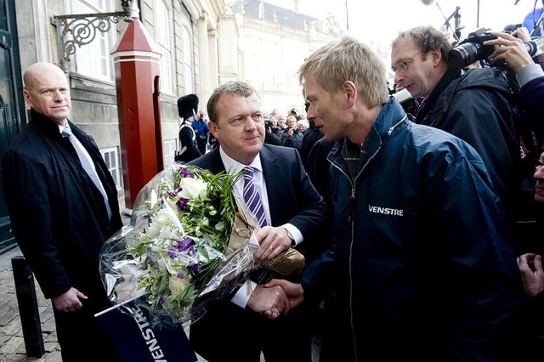 Thomas Banke var en af Lars Løkke Rasmussens tro støtter. Her ønsker han ham tillykke med statsministerposten. Arkivfoto.