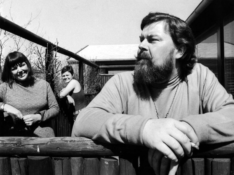 Sanger og musiker John Mogensen i haven foran huset i Dragør, sammen med hustruen Ruth og datteren Minna. Først nu - 36 år efter hans død - bliver der lavet et portrætprogram af den yderst folkekære sanger, der kun blev overgået af Gasolin i popularitet i første halvdel af 70'erne.