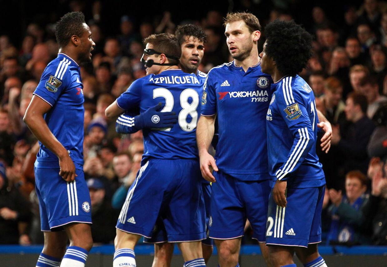 Chelseas Cesar Azpilicueta fejrer sin scoring til 1-0 sammen med sine holdkammerater i hjemmekampen mod West Bromwich.