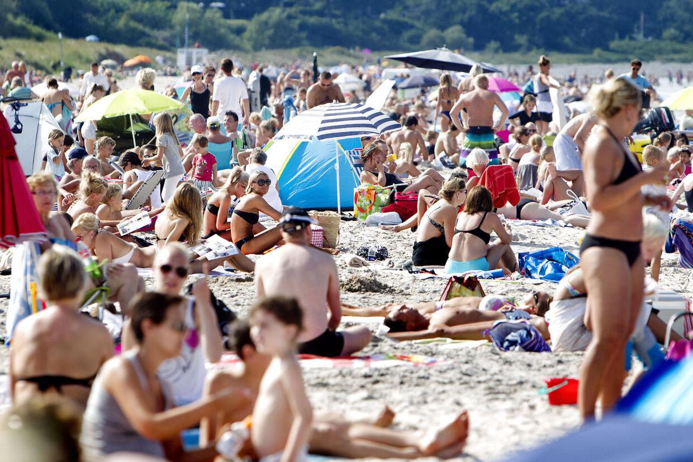 Så nåede temperaturen over de magiske 30 grader for første gang i år. Tusinder havde valgt at tilbringe årets måske sidste stranddag på Dronningemølle Strand på nordsjælland. Her var luften 28 grader og vandet 21.