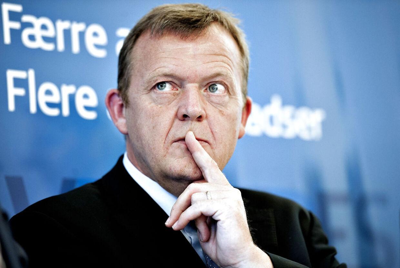 Oppositionens leder har tilsyneladende givet sig selv mundkurv på. I hvert fald har Venstre-formand Lars Løkke ikke haft travlt med at ytre sig i medierne, siden han måtte overlade statsministeriet til Helle Thorning.