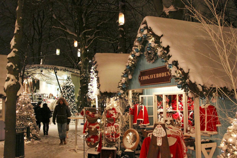 Jul i Tivoli i København den 26 november 2010, små huse med juleting. Det kan være slut