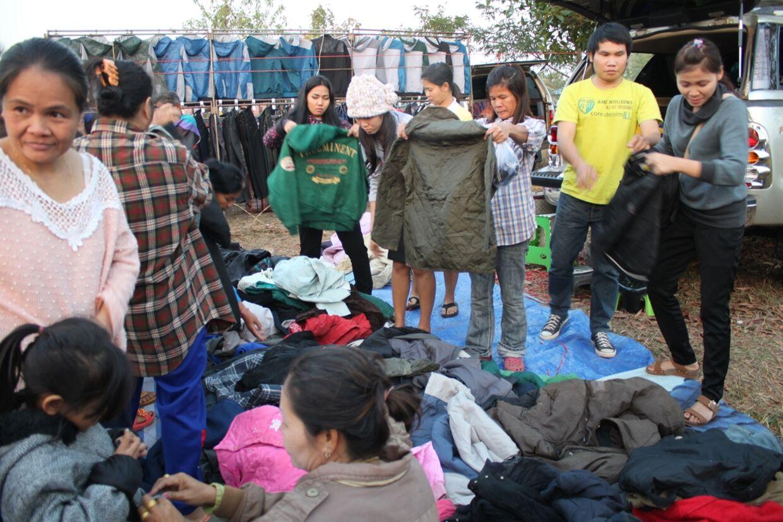 Der er rift om vinterjakkerne på det lokale i marked Sawang Daen Din, godt 100 km fra Udon Thani i det nordøstlige Thailand. En kuldebølge får ikke blot thaier, men også turister til at efterspørge varmt tøj.