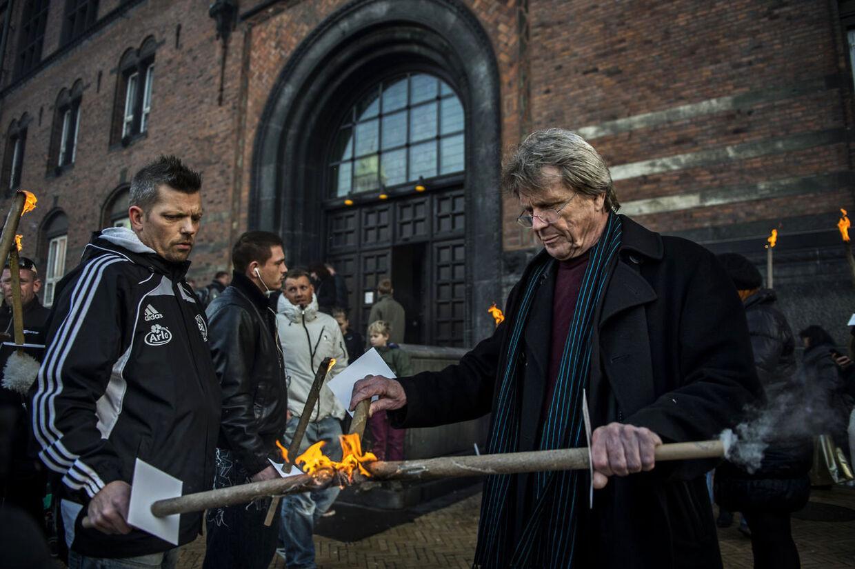 Mandag eftermiddag blev der tændt fakler for 4-årige Rasmus og hans far, der nu kæmper for at få lov til at begrave sin søn tæt på hjemmet på Frederiksberg.