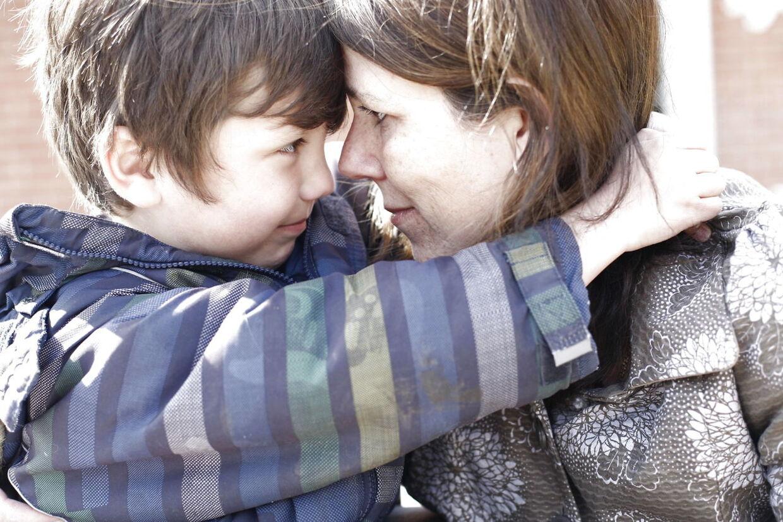 Den rystede mor med sin fem-årige søn, Christian-Elias.