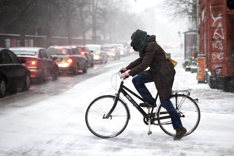 Hvis du ikke allerede har pakket dig godt ind, så bare gå i gang. Lørdag bliver det nemlig iskoldt, fortæller TV2-vejrets meteorolog Mikael Jarnvig.