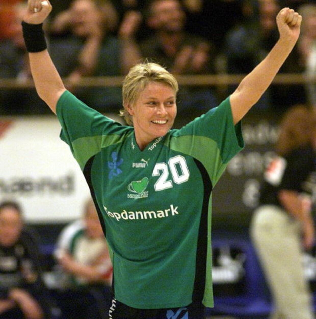 Heidi Astrup jubler over en af sine mange scoringer i Viborg Stadionhal i 2001. Nu er playmakeren klar igen for sin barnsomsklub. Foto: Palle Hedemann.