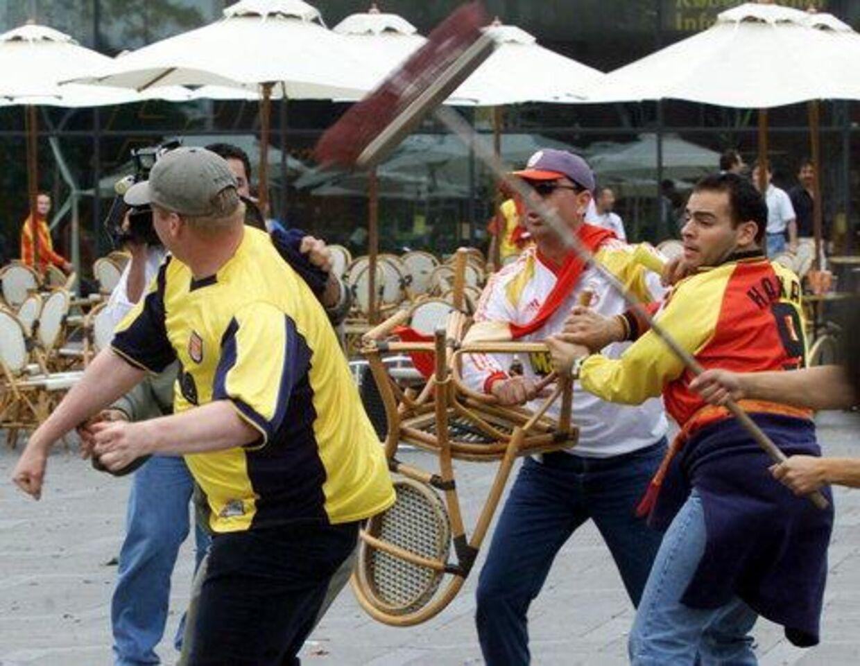 Her bliver Arsenalfans, til venstre, overfaldet af tyrkiske fans. Foto: AP