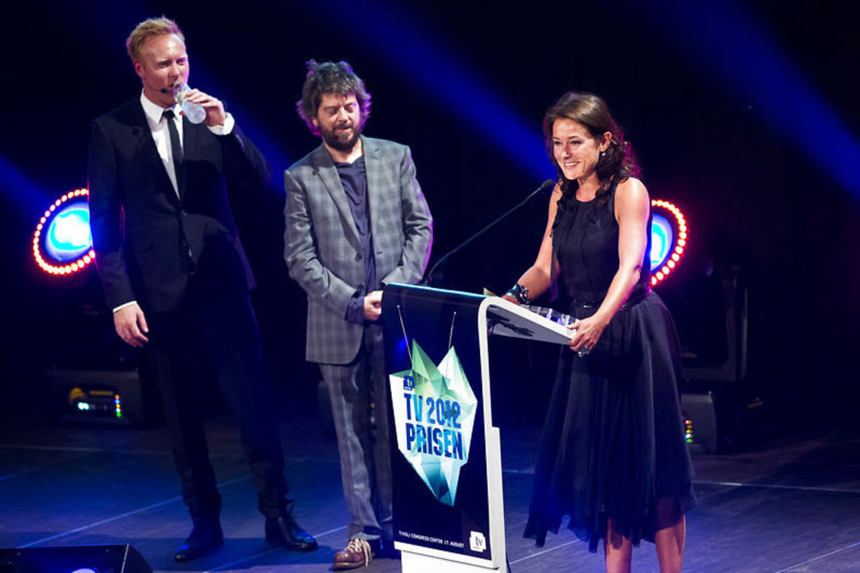 Sidse Babett vandt en pris for 'Borgen' sidste år. Hun er nomineret igen i år. Her ses hun på scenen sidste år sammen med Anders Breinholt og Anders Lund Madsen.
