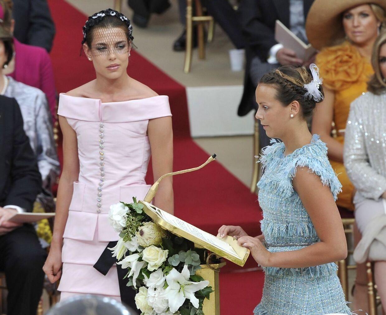 Den smukke Charlotte Casiraghi, datter af Monaco's prinsesse Caroline, i lyserødt ved sin onkel fyrst Alberts bryllup i juli sidste år i Monaco, er nu er så træt af de omsværmende paparazzier, at hun har lagt sag an mod dem.
