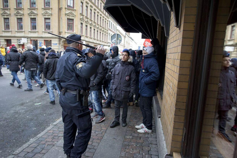 Også onsdag måtte politiet være på gaden i Göteborg, hvor de de seneste dage har været nærmest lynch-stemning efter at unge piger fra byen er blevet hængt ud på de sociale medier.