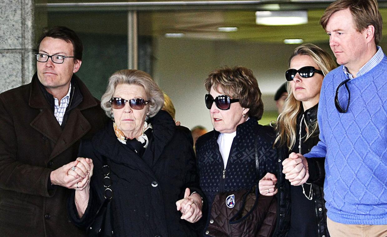 Efter prins Johan Frisos ulykke i en østrigsk snelavine den 17. februar i år slog prinsens nærmeste familie tæt ring om sygelejet. Fra venstre ses: prins Constantijn, dronning Beatrix og hendes søster, Margriet Van Vollenhoven, prins Johan Friso's hustru, prinsesse Mabel og kronprins Willlem-Alexander forlade universitetshospitalet i Innsbruck den 24, 2012, efter lægerne har givet familien den nedslående besked, at ingen kan sige om prinsen nogen sinde vågner fra sin koma.
