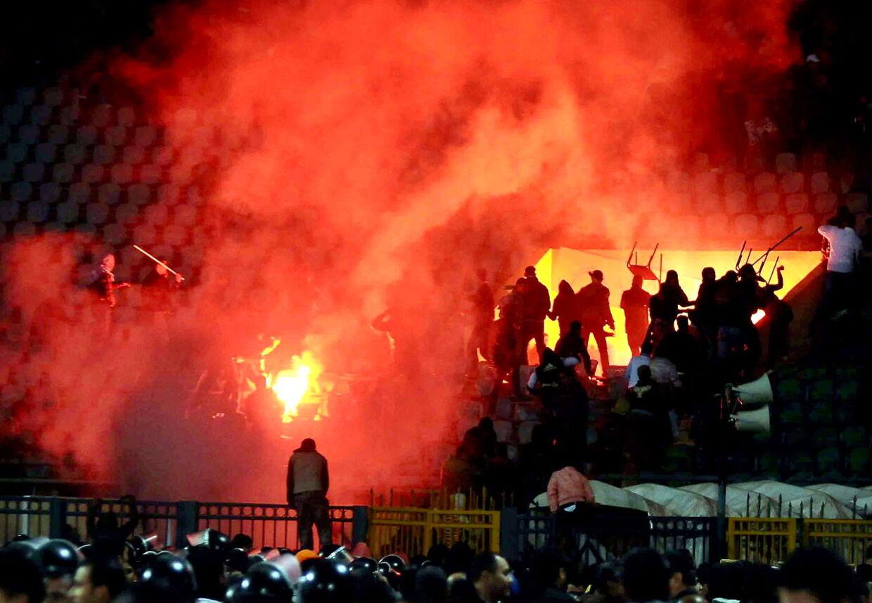 På et andet stadion flere hundrede kilometer fra optøjerne, har andre fodboldfans også forsøgt at brænde et stadion af. dette billede er fra optøjerne i Port Said.