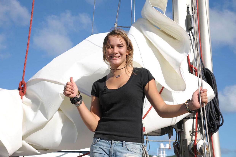 16-årige Laura Dekker har sejlet Jorden rundt. Her ses hun ved ankomsten til slutdestinationen den 21. januar.
