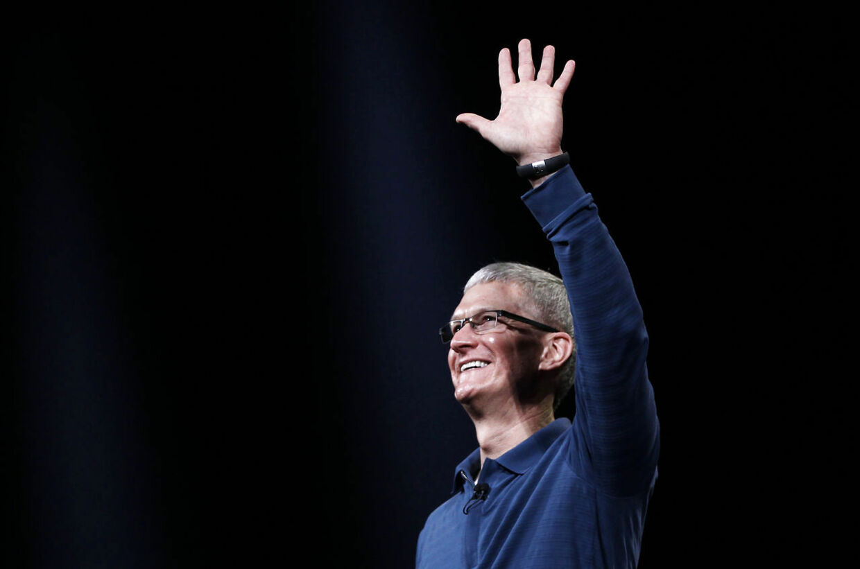 Apple CEO Tim Cook waves to the audience during an Apple event in San Jose, California October 23, 2012. REUTERS/Robert Galbraith (UNITED STATES - Tags: SCIENCE TECHNOLOGY BUSINESS)