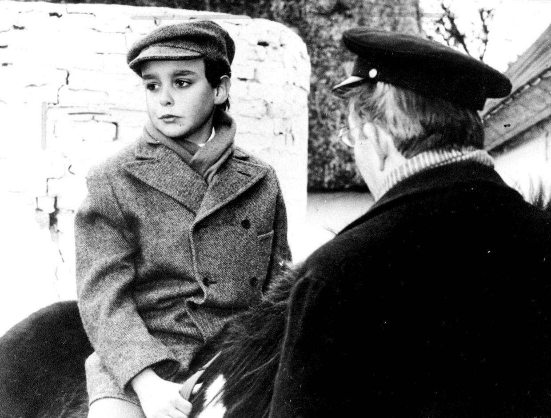 Jacob Dalgaard i rollen som Daniel Skjern i den scene, hvor hans far favoriserer søsteren Ellen og giver hende en hest i gave, fordi hun er bedre i skolen.