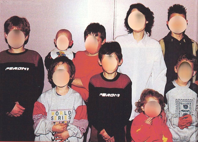 På billedet fra 2000 ses moderen (nummer to øverst fra højre) samt otte af de ni børn, heraf var otte drenge. Senere samme år blev barn nummer ti født. Det var en pige.
